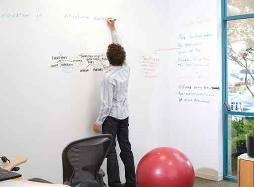 Kes ei tahaks suurt tahvlit, kus peal oma ideid ja mõtteid lahti kirjutada? Mina küll tahan. VÕI, kui ei taha tervet seina tahvliks teha, võib värvida ainult ukse. Suurepärane idee näiteks kontoris või lastetoas.