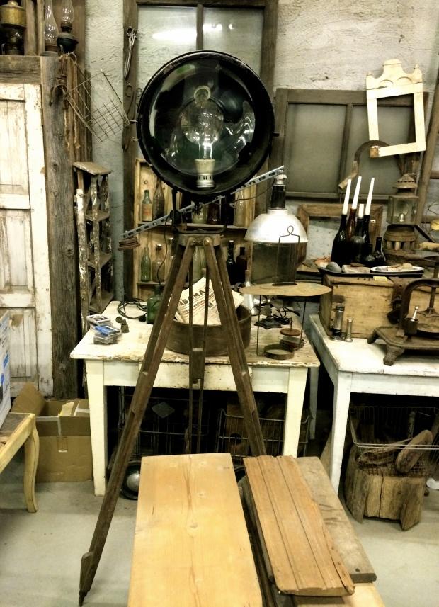 Igavene lemmik - puidust kolmjalal industriaalse hõnguga valgusti