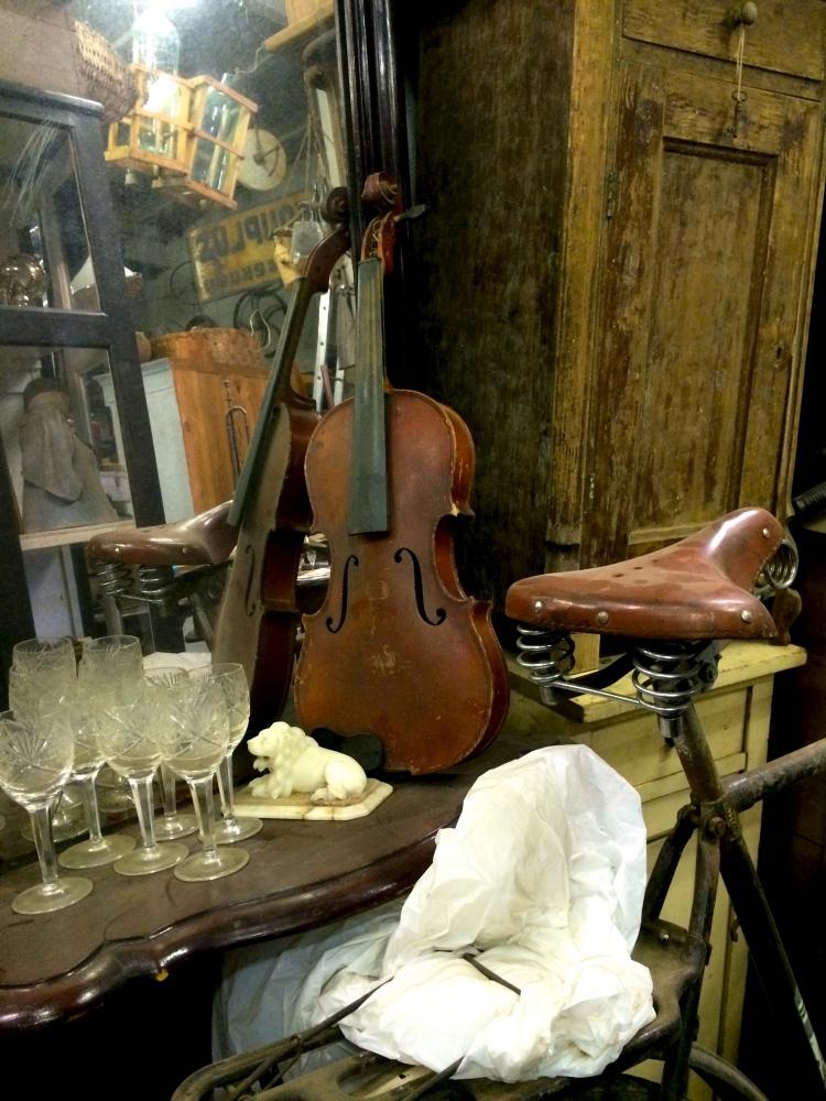 Väike kombo viiuli ja vintage rattaga