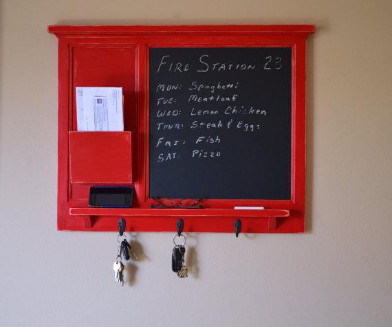 Lahe värvilaik interjööri! Kasulik mitmes mõttes: saab kirjutada, mis koduses majapidamises otsa saanud; riputada võtmeid ning ka kirjakesi (kui keegi neid saadaks).