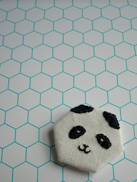 Väike nipp ühevärvilistele plaatidele - täida vuugivahed mõne efektsemat tooni seguga. PS. see konkreetne põrand sobiks väga hästi laste vannituppa!