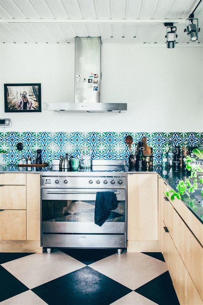 Värvilised maroko stiilis plaadid kaunistamas köögi tagaseina