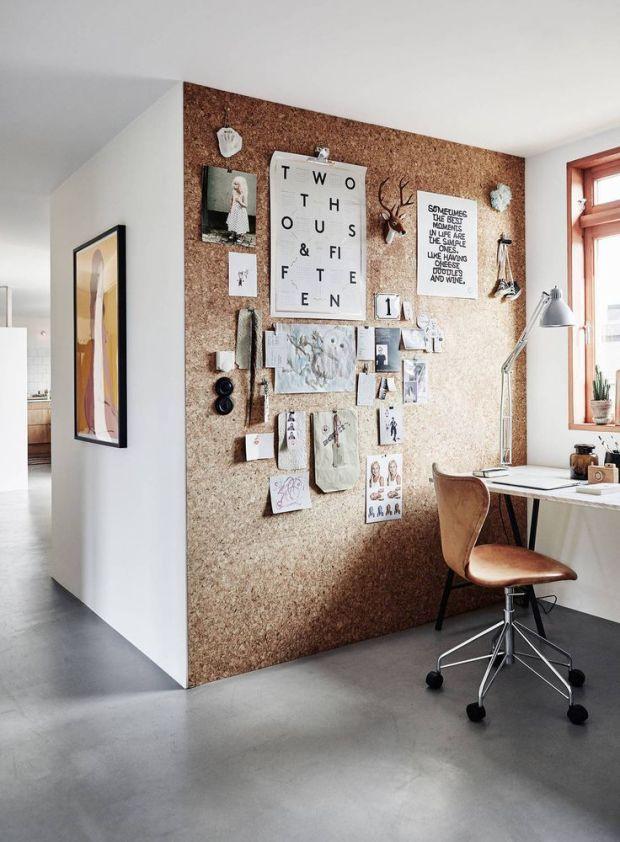 Kork on hea mitmekülgne materjal, mida saab edukalt ka kodukontoris ära kasutada. Võib teha ka väiksema tahvli, kuid selline terve seina ulatuses korgist pind mõjub ka väga dekoratiivselt.