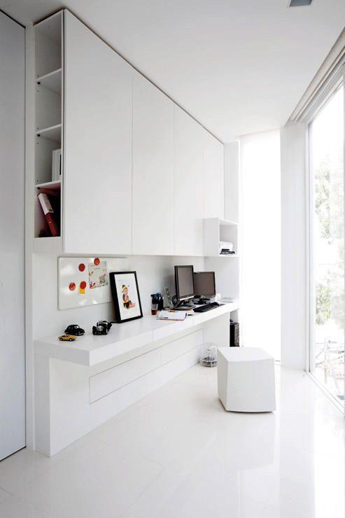 Hele interjöör on avar ja helge, midagi ei domineeri ega riiva silma. Väike kodukontor võib mahtuda ka kitsamates olukordades ära. Puhtad pinnad, hele värv ja läbimõeldud panipaigad kindlustavad toimiva ning diskreetse töökoha.